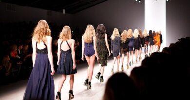Co se bude nosit v roce 2021: Zvýrazněná ramena, průhledné vrstvy, síťování, pastelové barvy, roušky